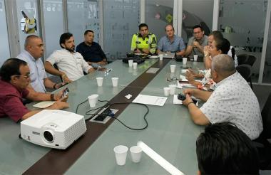 Autoridades del Tránsito de Barranquilla y su área metropolitana reunidos con representantes de taxistas.