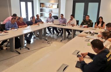 El jefe de la Oficina para la Seguridad y Convivencia, Yesid Turbay, el secretario de Gobierno del Distrito, Clemente Fajardo, y el comandante de la Policía, general Mariano Botero, en el consejo de gobierno cumplido este viernes.