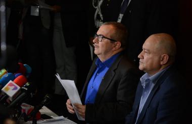 Rodrigo Londoño, alias Timochenko, y Carlos Lozada en rueda de prensa tras la audiencia con la JEP.