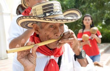 Alfredo Molina deja su andar lento y encorvado cuando lleva a su boca una flauta de millo. Tiene 80 años.