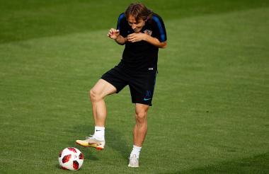 Luka Modric bromeando en una práctica de Croacia previa a la final del Mundial de fútbol ante Francia.