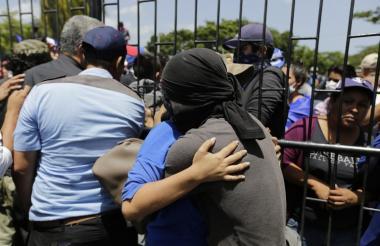 Afectados denuncian que no les permiten evacuar a los heridos.