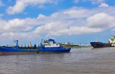 Embarcaciones fondeadas en la zona portuaria de Barranquilla.