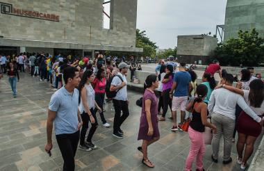 Un grupo de personas esperan para ingresar al Museo del Caribe Gabriel García Márquez.