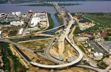 Vista de las obras de construcción del nuevo puente Pumarejo, que deben terminar a mediado de 2019.