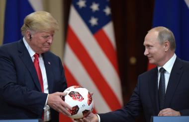 Trump y Putin sostiene un balón oficial de la Copa Mundo Rusia 2018.