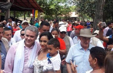 En medio de la visita, la gente saludó al nuevo mandatario.