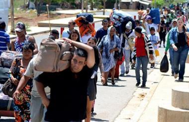 Venezolanos cruzan la frontera en Cúcuta.