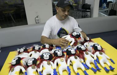 Wilmer Avendaño Correal es quien ideó la cofección del símbolo de los Juegos Centroamericanos y del Caribe 2018 que se entregarán a los medallistas.