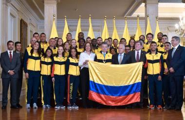 El presidente Santos junto con los deportistas colombianos que participarán en los Juegos Centroamericanos y del Caribe que este jueves comienzan en Barranquilla. Aparecen entre otros la directora de Coldeportes Clara Luz Roldán y Helmut Bellingrodt.