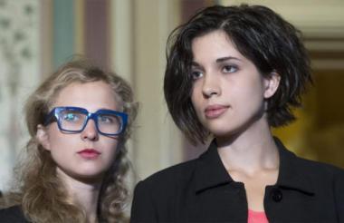 Las integrantes de las Pussy Riot, Nadya Tolokonnikova (d) y Maria Alyokhina (i).