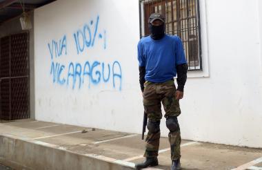 Un 'paramilitar' vigila en una calle de Monimbo, en la rebelde Masaya.