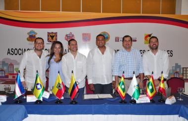 Los presidentes de las diferentes Corporaciones durante la firma del acta de constitución.