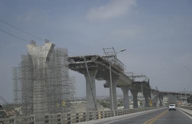 Tablero del nuevo puente Pumarejo, aún al lado de la vieja estructura.