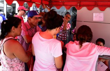 Un personal hace fila para adquirir boletas. Al fondo el mensaje de agotadas.