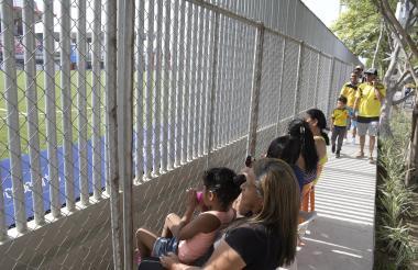Con sillas, la familia Rico-De la Hoz disfruta de cada uno de los encuentros futbolísticos que se disputan en el marco de los Juegos Centroamericanos y del Caribe.