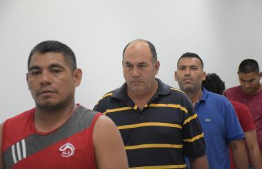 Algunos de los capturados por el robo de las maletas.