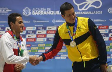 Jonathan Gómez felicita al mexicano Ruvalcaba.