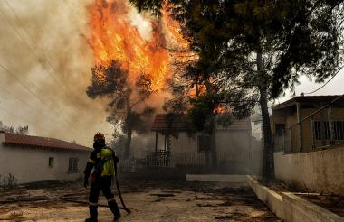 Bomberos tratan de controlar el fuego en Grecia.