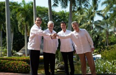 Martín Vizcarra, Sebastián Piñera, Enrique Peña y Juan Manuel Santos estrechan sus manos este martes durante el encuentro en Puerto Vallarta, México.