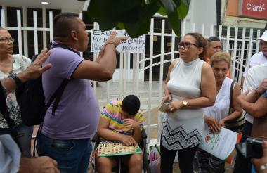 Los padres en las afueras de la sede de Medimás.