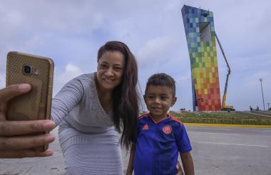 Claudia Larios y su sobrino Elías se toman una foto con la 'Ventana al Mundo'.