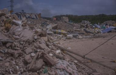 Pilas de escombros y desechos son arrojados en el lote.