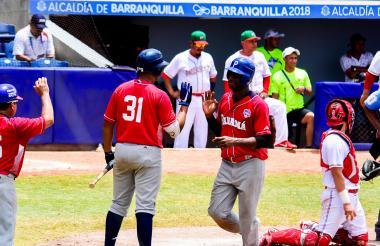 Un jugador panameño anota una carrera durante el juego.
