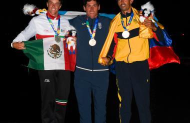 La noche en la MArina Puerto Velero y el podio en la vela clase Láser Estándar: Yanic Gentry, de México, medalla de plata; Juan Maegli, de Guatemala, ganador del oro, y Andrey Quintero, de Colombia, se colgó el bronce.