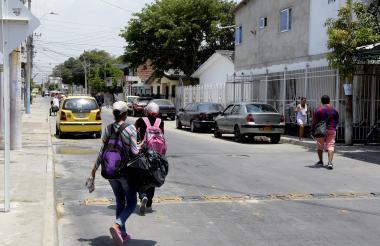 Dos jóvenes se desplazan por la carrera 2 con calle 41C, en búsqueda de un bus de servicio público.
