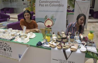 Carlina Cepeda y Angie Buendía exponen su trabajo en un stand del Sena.