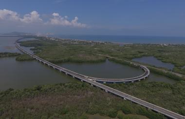 Foto tomada con dron donde se observa el viaducto construido sobre la Ciénaga de la Virgen.