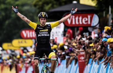 El esloveno Roglic celebra el triunfo en la etapa 19.