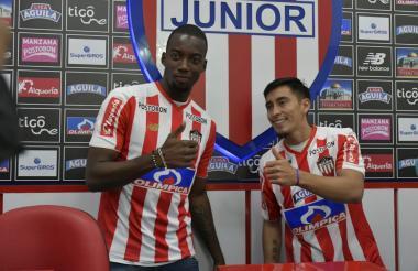 Los jugadores Luis Herney Vásquez y Fabián Sambueza en la presentación en la sede administrativa de Junior.