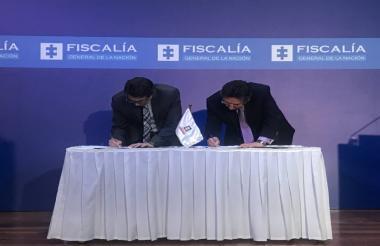 El Fiscal General de la Nación, Néstor Martínez y el ministro de Salud, Alejandro Gaviria, durante la firma del acuerdo.