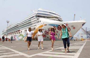 Turistas extranjeros arriban en un crucero a Cartagena.