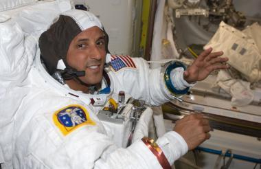 Joseph Acaba vestido con su traje espacial de la Unidad de Movilidad Extravehicular (EMU).