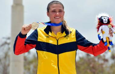 Gabriela Bollé posa con la medalla de oro.