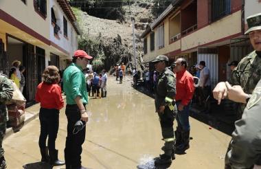 El gobernador de Santander visitando la zona de la emergencia.