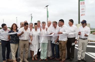 El presidente Santos corta la cinta inaugural del viaducto ubicado sobre la Ciénaga de la Virgen.