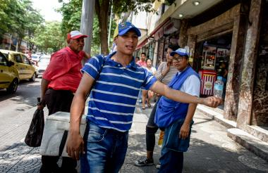 Un venezolano vende agua en el centro de Barranquilla para mantener a su familia en el vecino país.