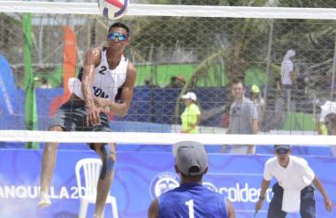 Las competencias de voleybol playa se cumplen este sábado en el Puerta de Oro.
