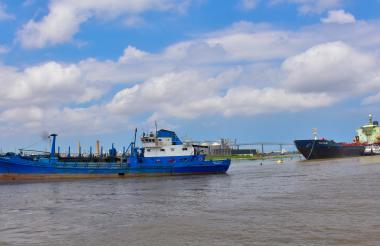 Dos embarcaciones fondeadas en la zona portuaria de Barranquila.