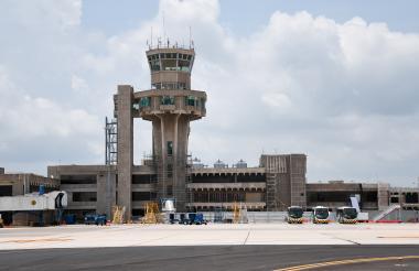 Área que incluye campo de vuelo con torre de control.