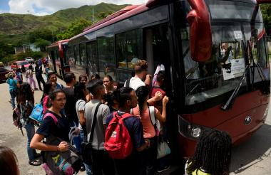 Un grupo de personas se atropella con el fin de ingresar a un bus