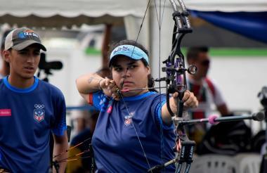 Marla Cintrón en acción, mientras que su compañero Brian Alvarado la observa.