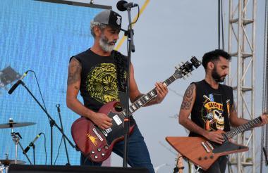 La experimentada banda barranquillera Sicotrópico deleitó al público con sus solos de guitarra.
