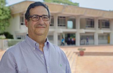 Adolfo Meisel, rector de la Universidad del Norte. De fondo, el edificio donde está ubicada su nueva oficina.