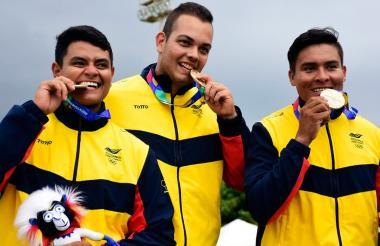 El trío colombiano posa con la medalla de oro.