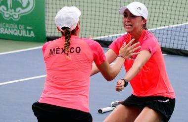 La dupla mexicana celebra su triunfo.